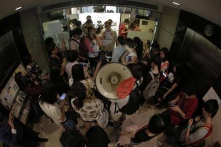 到屋宇署門口要求安置的租戶及聲援者(圖片來源︰香港獨立媒體)